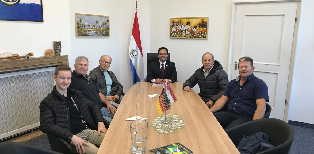 El Embajador Fernando Ojeda recibió al piloto paraguayo Danny Candia y al Piloto alemán Peter Mücke.